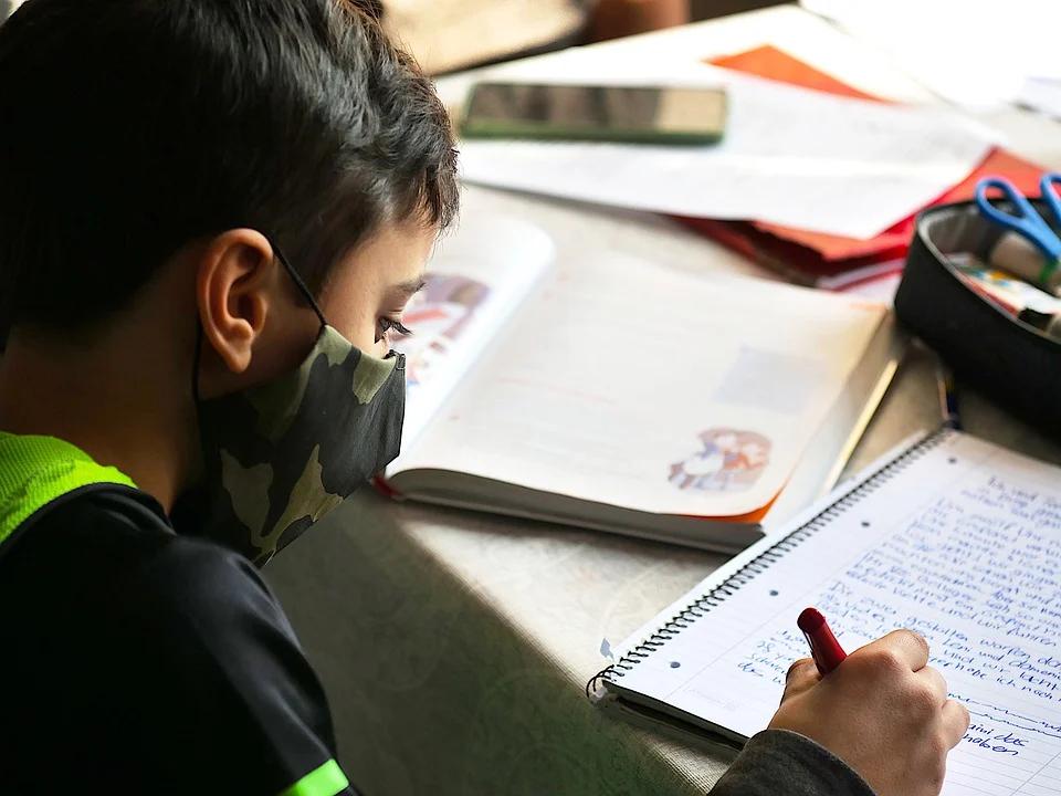 Badanie rodziców i nauczycieli: zdalne nauczanie ma więcej wad niż zalet